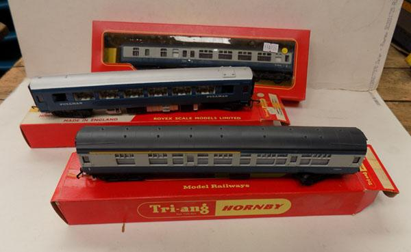 "Hornby ""OO"" gauge 3 x carriages"