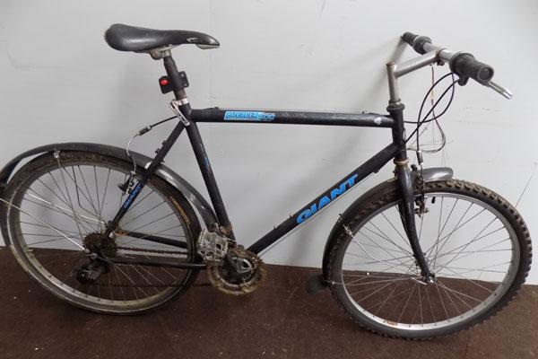 "Giant Boulder 500 black 26"" rigid 21 gears bike"