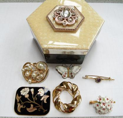 Jewellery box including 9ct gold amethyst brooch/silver enamel brooch + others