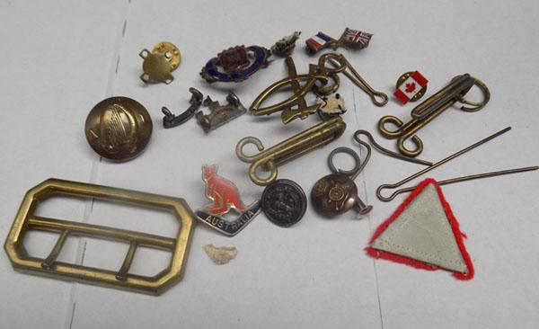 Bag of mixed Military buttons, badges and buckle