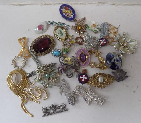 Tray of assorted costume brooches & badges