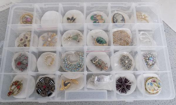 Tray of mxied brooches/pendants