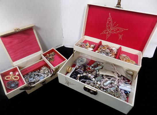2 jewellery boxes + contents