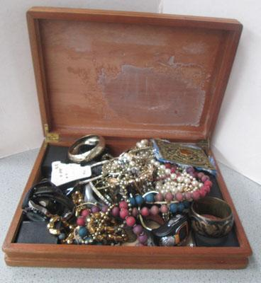 Box of assorted costume jewellery/assorted coins