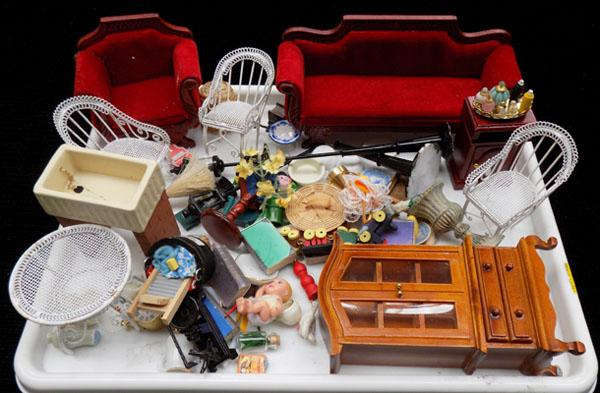 Tray of doll's house furniture + accessories