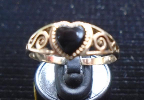 9ct gold onyx heart ring (size P)