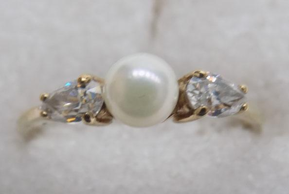 9ct gold pearl ring with pear cut white stones