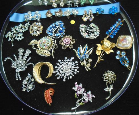 Tray of vintage brooches and earrings