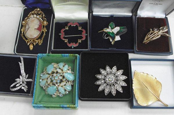 Selection of vintage brooches-all boxed