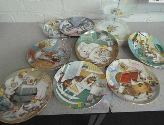 Glass cake stand & 8 cat themed collectable plates