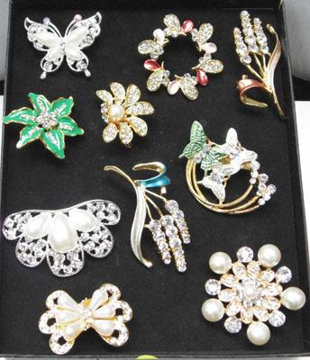 10 Vintage costume brooches