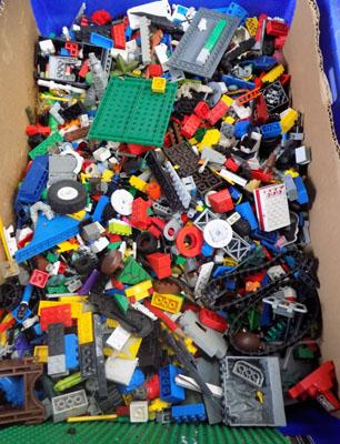 Box of mixed Lego, Megablocks etc
