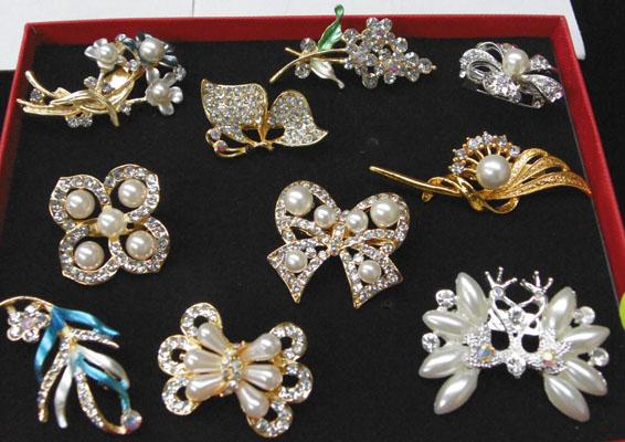 Box of 10 vintage brooches