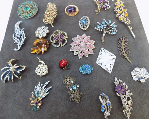 Collection of costume vintage style brooches