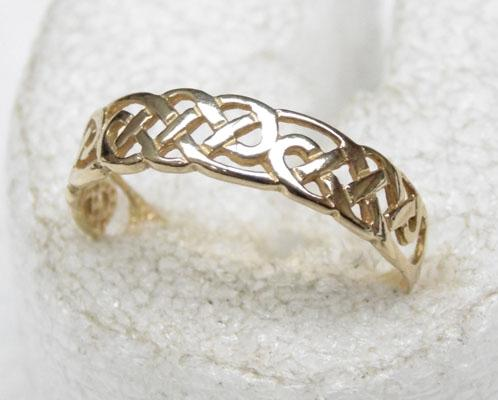 9ct Gold Celtic patterned banded ring size O1/2