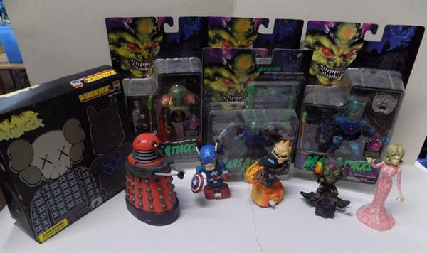 Box of toys/action figures, mars attacks etc