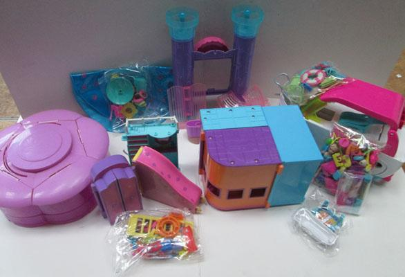 Collection of Polly Pocket toys