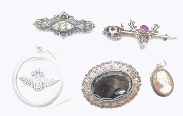 Collection of silver brooches & pendants
