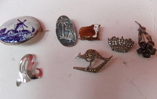 Collection of brooches (some silver)