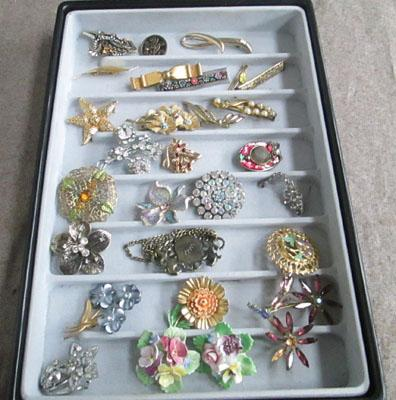 28 Assorted brooches