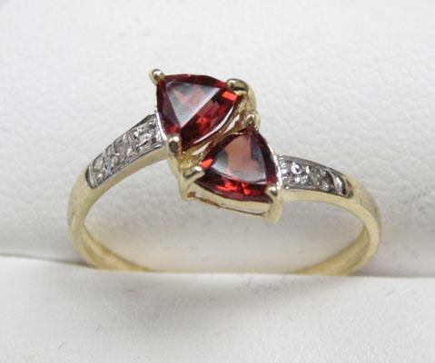 9ct gold diamond and garnet ring - size P