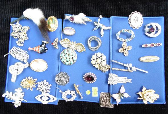Collection of brooches & scarf clips/rings