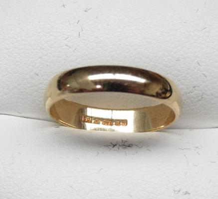 9ct Gold plain banded ring (wedding ring) size M