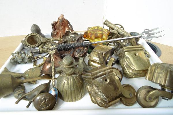 Tray of assorted brassware