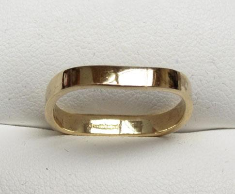 9ct Gold unusual wavy wedding style ring size N1/2