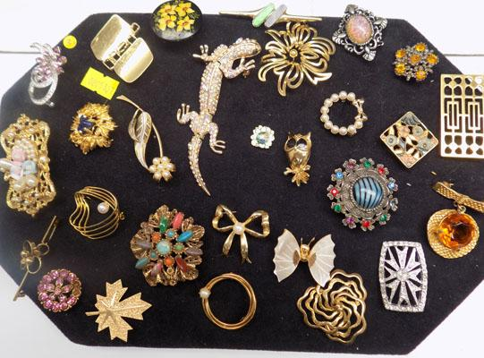 Tray of various brooches (28)