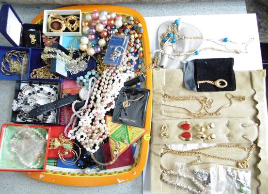 Tray of assorted vintage costume jewellery