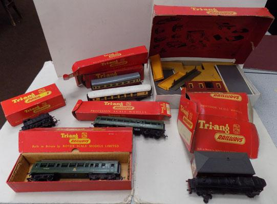Selection of boxed Tri-ang railway trains & accessories