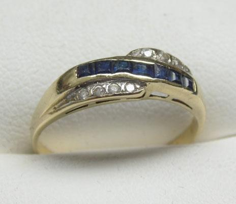 585 14ct Gold Diamond & Sapphire cross over ring size O1/2