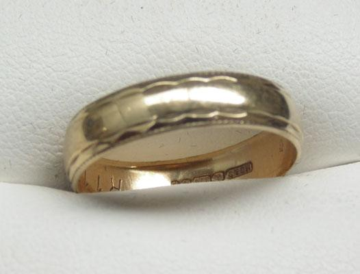 9ct Gold ring with pattern on edges size O1/2