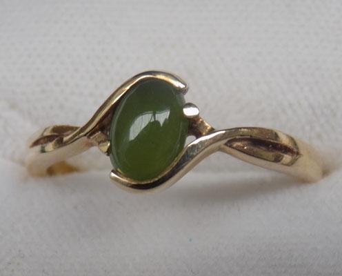 9ct Gold green stone ring size P-Q