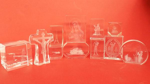11x Engraved glass paperweights