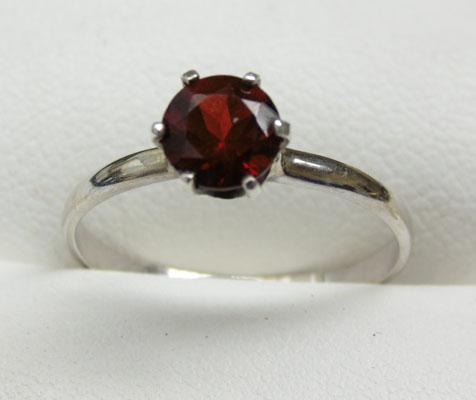 18ct White gold Garnet solitaire ring size O