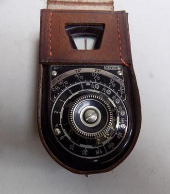 1930's Bakerlite photographers light meter in leather case (w/o)