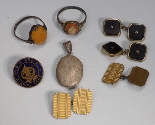 Small selection of silver jewellery and other vintage items