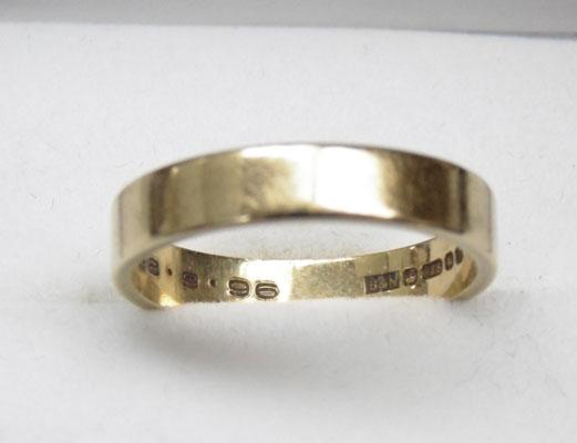 9ct gold plain band ring - size M 1/4