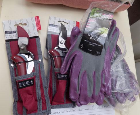 2 secateurs sets and gloves