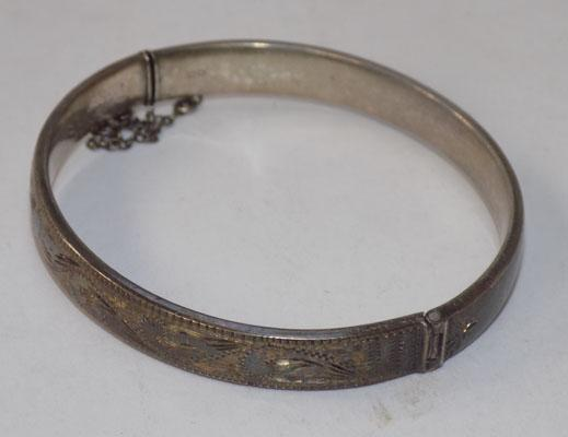 Solid silver bangle with patterned front