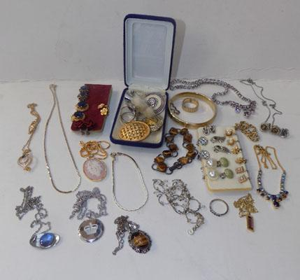 Selection of costume jewellery, incl vintage