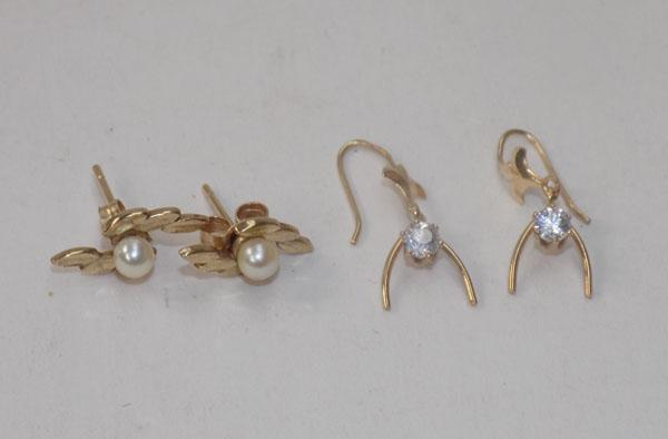 2 pairs of 9ct gold earrings