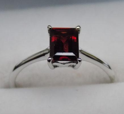 Sterling silver garnet solitaire ring - size P