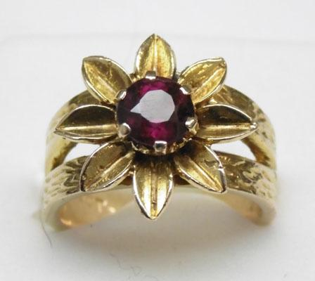 9ct gold large heavy solitaire garnet flower ring approx. size M1/2