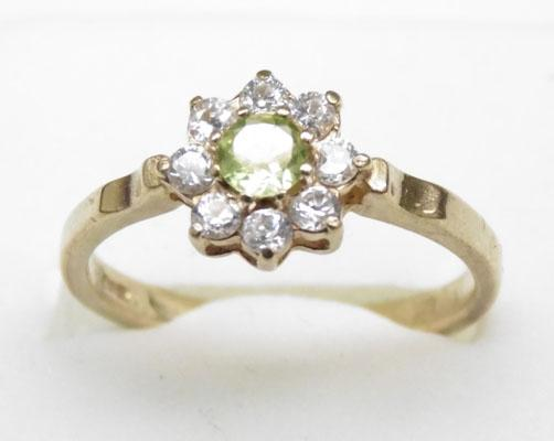 9ct gold peridot cluster ring approx. size Q