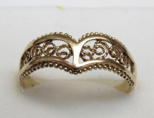 9ct gold filligree wishbone ring approx. size R1/2