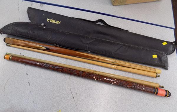 2x Snooker cues & cases