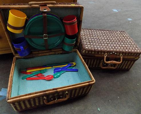 2x Picnic baskets with contents